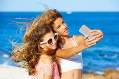 Badinez le selfie de l'adolescence de photo de filles d'ami sur la plage Images libres de droits