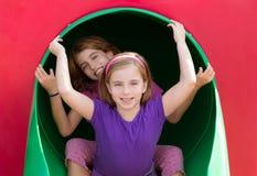 Badinez les filles de soeur jouant dans le terrain de jeu de parc Photo libre de droits