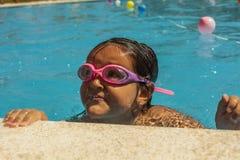 Badinez les lunettes de port dans la ligne d'arrivée en concurrence de natation Photographie stock libre de droits
