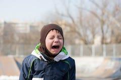 Badinez pleurer très fort dans une mauvaise humeur d'humeur Images stock