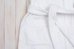 Badjas op Witte Houten Lijst Royalty-vrije Stock Afbeeldingen