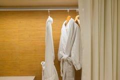 Badjassen die in garderobe bruine badjas hangen Royalty-vrije Stock Foto
