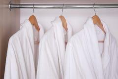 Badjassen die in garderobe hangen Royalty-vrije Stock Afbeeldingen