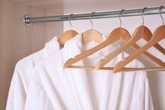 Badjassen die in garderobe hangen Stock Foto