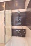 Badkamers binnenlands fragment met de kraanmixer Stock Afbeelding
