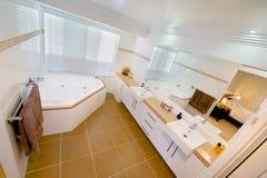 Badkamers die aan hoofdslaapkamer grenst stock afbeelding