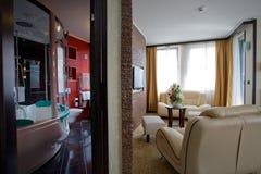 Badkamers en woonkamer stock foto's