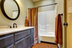 Badkamers met donker bruin ijdelheidskabinet Stock Foto's