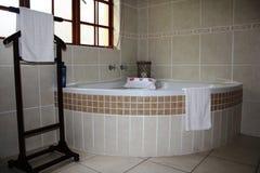 Badkamers met handdoeken Royalty-vrije Stock Afbeeldingen
