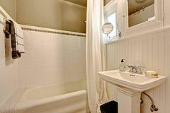 Badkamers met plank met panelen beklede muur en tegelversiering Stock Afbeeldingen