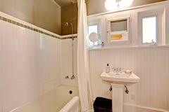 Badkamers met plank met panelen beklede muur en tegelversiering Royalty-vrije Stock Foto