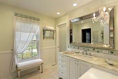 Badkamers met witte cabinetry royalty-vrije stock foto