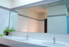 Badkamers op kantoor. Handbasin en spiegel in toilet Royalty-vrije Stock Fotografie