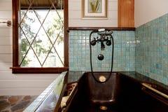Badkamersbinnenland in een luxueuze houten cabine Stock Foto