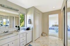 Badkamersbinnenland in hoofdslaapkamer Stock Afbeeldingen