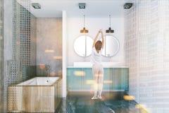 Badkamersbinnenland met blauwe gestemde gootsteen en badkuip Stock Foto's