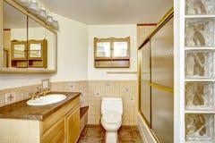 Badkamersbinnenland in zachte beige en ivoortonen Royalty-vrije Stock Foto