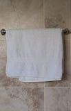 Badkamershanddoek het Hangen op een spoor stock afbeeldingen