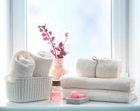 Badkamershanddoeken en zeep lege ruimteachtergrond, douchepunten royalty-vrije stock afbeeldingen
