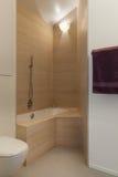 Badkar med marmortegelplattor på väggarna Arkivbild