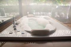 Badkuip in de badkamers thuis Royalty-vrije Stock Foto's
