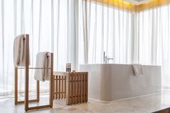 badkuip dichtbij groot venster Stock Foto