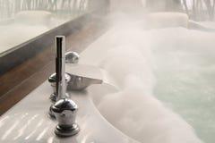 Badkuip in het badkamershuis Stock Afbeeldingen