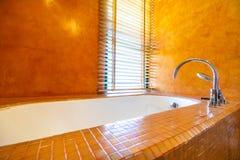 Badkuipdecoratie in badkamersbinnenland Royalty-vrije Stock Foto