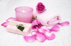 Badlakan, stearinljus och tvål med rosa rosor Royaltyfri Bild