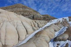 Badlands debajo de la nieve restante Imagen de archivo