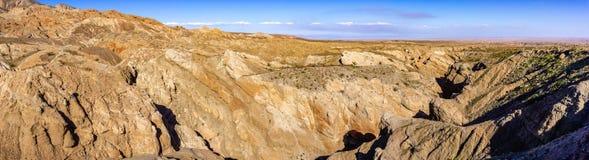 Badlands in het Park van de de Woestijnstaat van Anza Borrego, Salton ziet zichtbaar op de achtergrond, Zuid-Californië stock fotografie