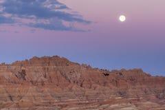 Badlands Moonset y salida del sol Foto de archivo libre de regalías