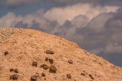 Badlands park narodowy - krajobraz błotnisty rockowy kopiec z pięknym niebieskim niebem z bufiastymi białymi chmurami fotografia stock