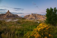Badlandsberg South Dakota med ottahimmel och lösa blommor arkivfoto
