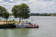 Badmeester die een boot helpen bij het lek stock afbeelding