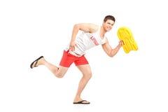 Badmeester die een het zwemmende vlotter en lopen houden Stock Fotografie