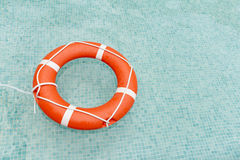 Badmeester die in zwembad drijft Stock Foto's