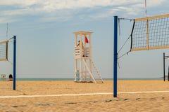 Badmeestercabine op het strand stock foto's