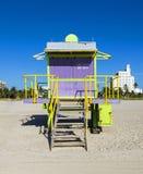 Badmeestercabine op leeg strand, Royalty-vrije Stock Afbeeldingen