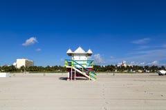 Badmeestercabine op leeg strand, Royalty-vrije Stock Fotografie