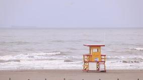 Badmeesterhuis bij de Golf van het strand van Mexico stock footage
