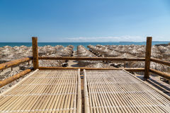 Badmeesterhut over de paraplu's op het strand Royalty-vrije Stock Foto's