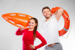Badmeesterpaar met reddingsmateriaal royalty-vrije stock foto