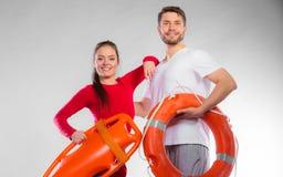 Badmeesterpaar met reddingsmateriaal Royalty-vrije Stock Fotografie
