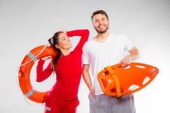 Badmeesterpaar met reddingsmateriaal stock foto's