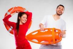 Badmeesterpaar met reddingsmateriaal Royalty-vrije Stock Afbeeldingen