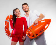 Badmeesterpaar met reddingsmateriaal Stock Fotografie