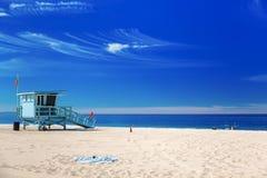 Badmeesterpost met Amerikaanse vlag op Hermosa-strand, Californi Stock Foto