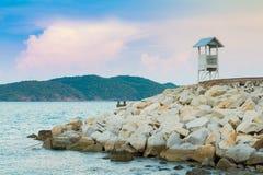 Badmeesterpost over de zeekust stock afbeelding