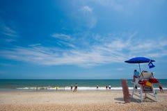 Badmeesters die op strand letten Stock Foto